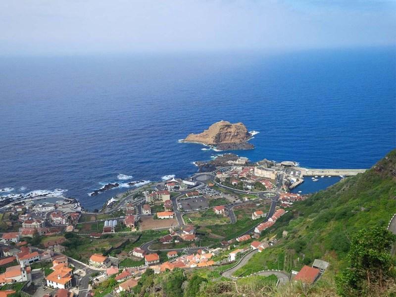 Blick auf Porto Moniz auf Madeira