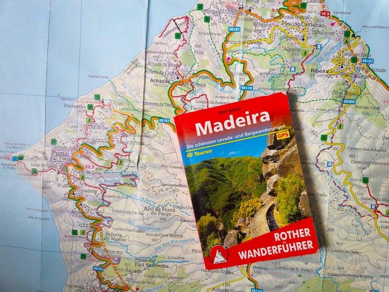 Wanderführer liegt auf einer Landkarte.