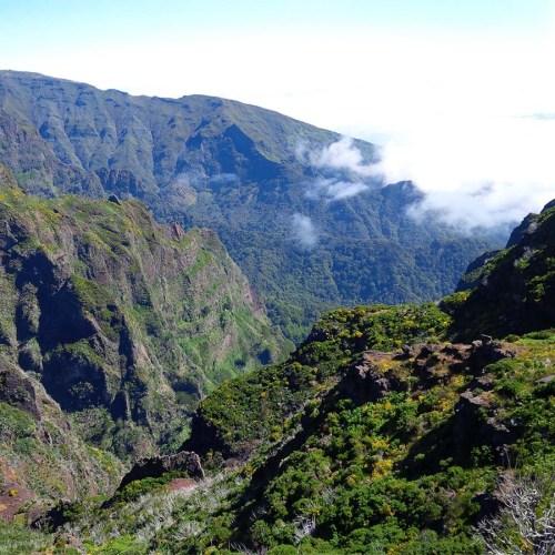 Aussicht auf die Berge und Schluchten Madeiras.