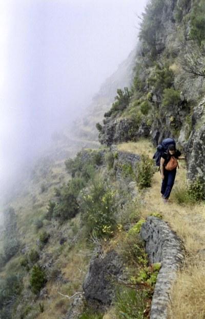 Eine Frau läuft einen Pfad auf Madeira.