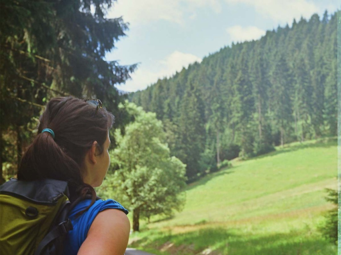 Frau schaut in den Wald